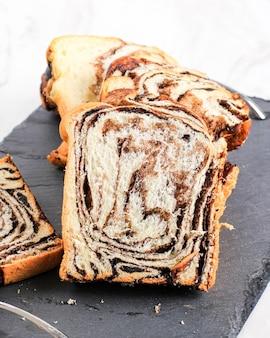 Pão de babka de chocolate ou brioche. recheado com creme de avelã choco.