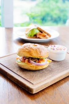 Pão de bagel com carne de salmão defumado e legumes