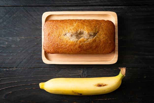 Pão de banana caseiro e banana