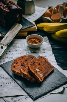 Pão de banana de chocolate, café da manhã