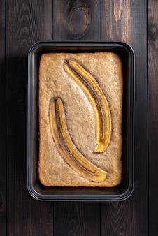 Pão de banana em um fundo do concreto claro.