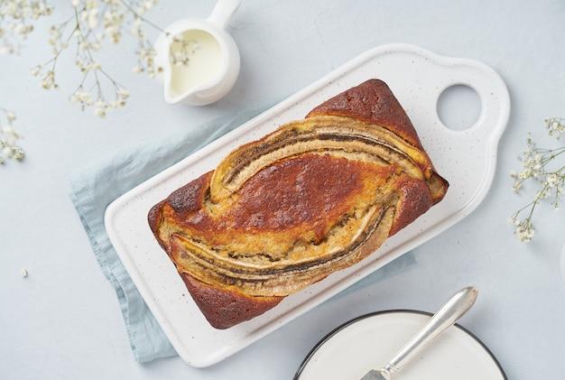 Pão de banana integral. bolo com banana. cozinha americana tradicional. vista do topo