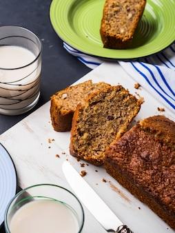 Pão de banana integral no café da manhã