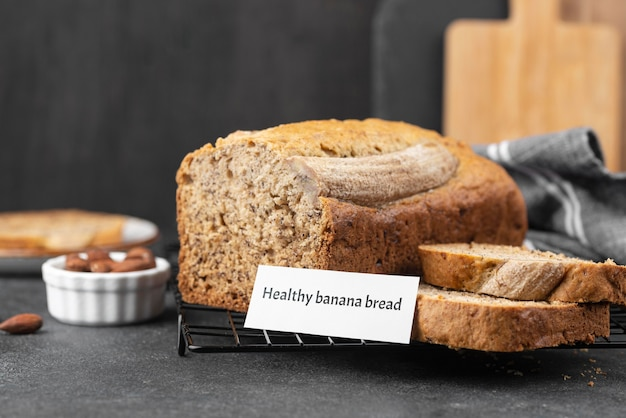 Pão de banana saudável de ângulo alto