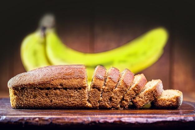 Pão de banana vegan, com frutas ao redor, feito com aveia, quinua, farinha sem glúten