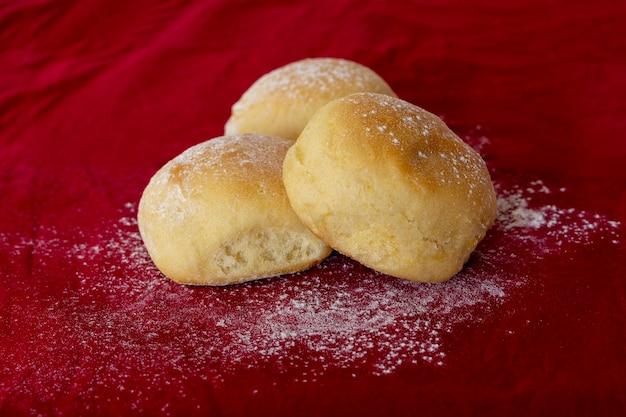 Pão de batata caseiro na toalha de mesa vermelha