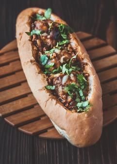 Pão de cachorro-quente recheado com almôndegas