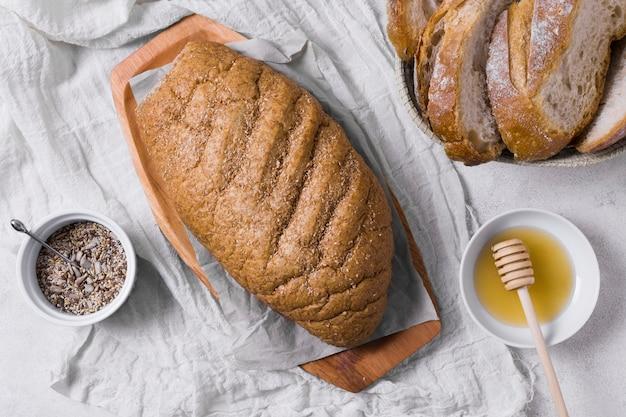 Pão de café da manhã com sementes e mel