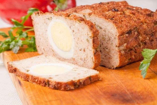 Pão de carne de peru rissole na placa de madeira