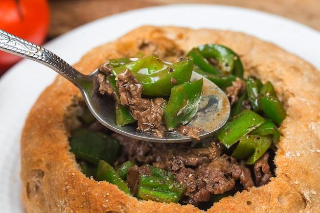 Pão de carne frita de pimenta verde