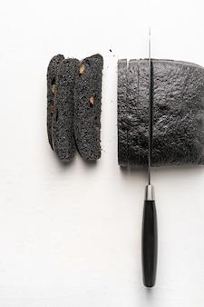 Pão de carvão e faca