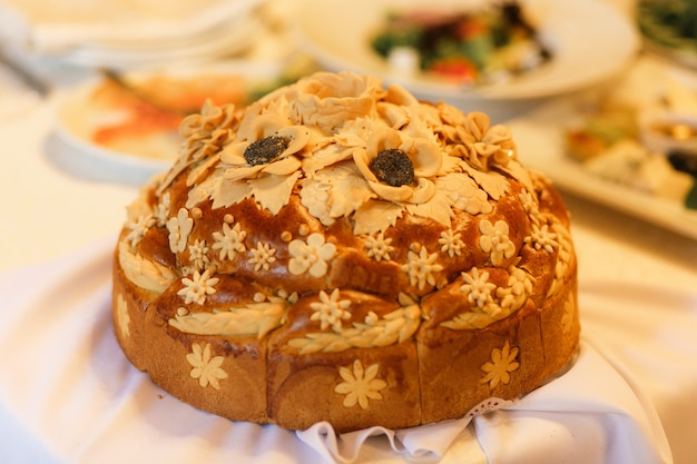 Pão de casamento na mesa do restaurante