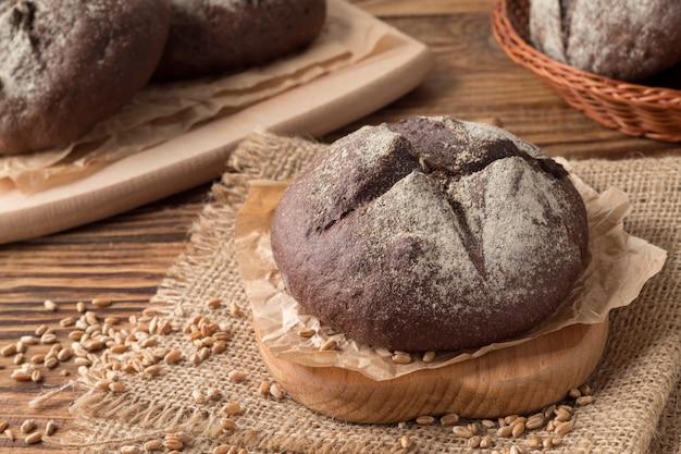 Pão de centeio caseiro delicioso na mesa de madeira