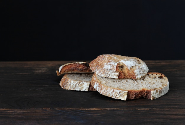Pão de centeio caseiro no antigo fundo de madeira escuro