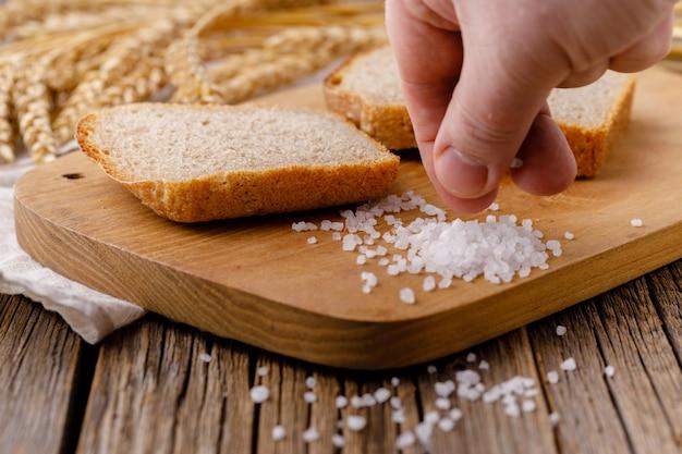 Pão de centeio é cortado em pedaços em uma tábua