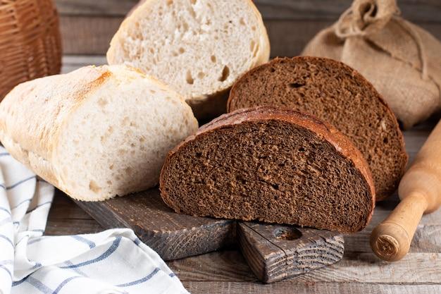 Pão de centeio e pão de trigo branco na tábua
