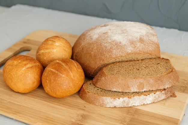 Pão de centeio e scones na placa de madeira