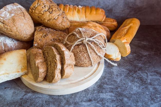 Pão de centeio em fundo de ardósia