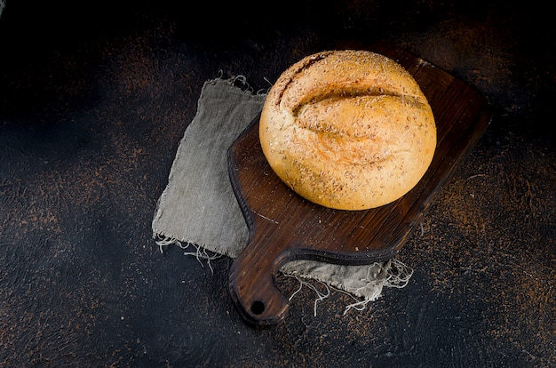 Pão de centeio em fundo escuro