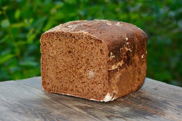Pão de centeio em mesa de madeira