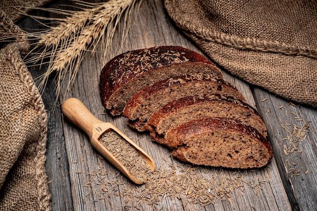 Pão de centeio espiguetas. pão tradicional fresco na mesa de madeira. comida saudável
