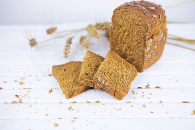 Pão de centeio fatiado em close-up de uma tábua de cortar