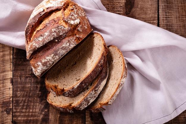 Pão de centeio fatiado na tábua, closeup