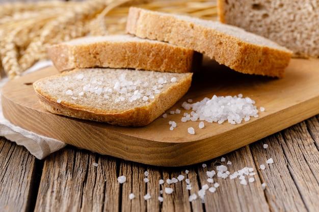 Pão de centeio fatiado na tábua closeup