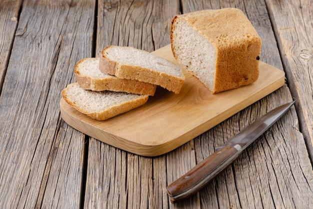 Pão de centeio fatiado na tábua de madeira