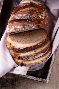 Pão de centeio fatiado na tábua