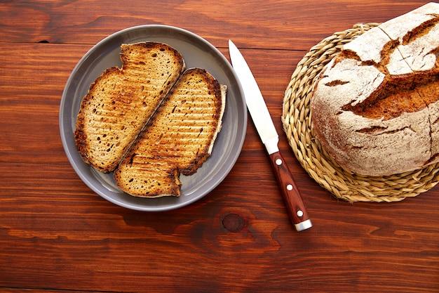 Pão de centeio fatias torradas em madeira escura