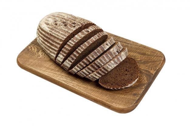 Pão de centeio fresco fatiado na placa de madeira isolada no branco