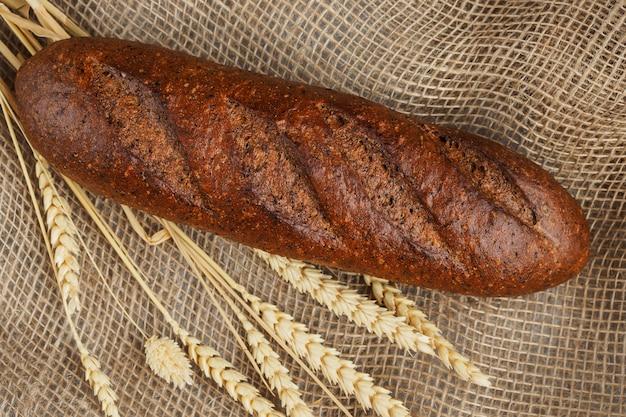 Pão de centeio fresco na serapilheira, vista superior