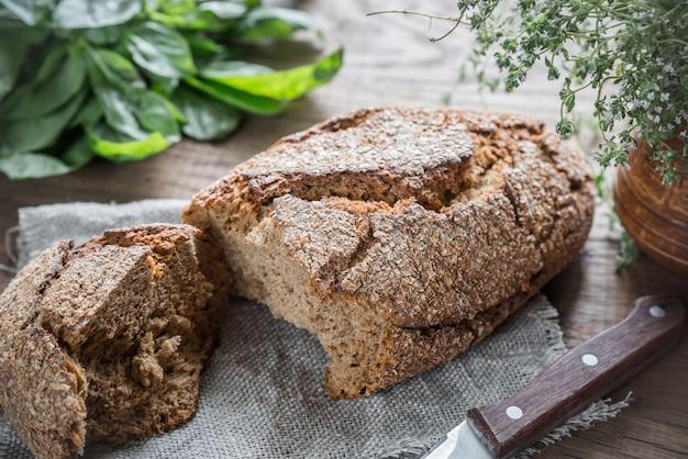 Pão de centeio integral na mesa de madeira