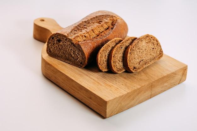 Pão de centeio integral sem glúten cortado.