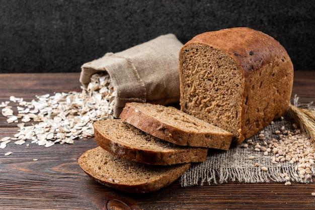 Pão de centeio na mesa de madeira escura.