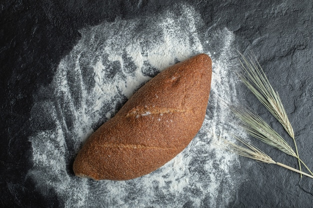 Pão de centeio recém-assado em fundo preto