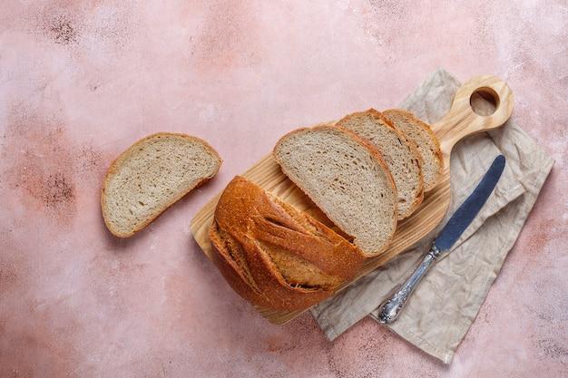Pão de centeio recém-assado fatiado.