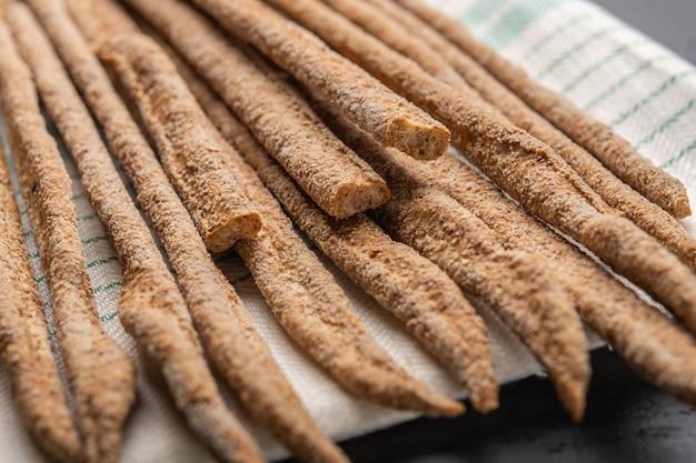 Pão de centeio tradicional italiano grissini em guardanapo de linho. foco seletivo