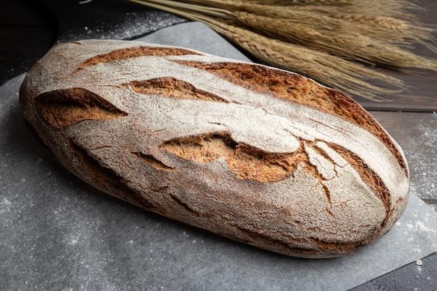 Pão de centeio tradicional na mesa.