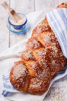 Pão de chalá com sementes de gergelim. sementes de pastelaria, farinha e gergelim