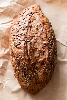 Pão de close-up com sementes em papel manteiga