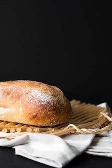 Pão de close-up em material de pano e fundo preto