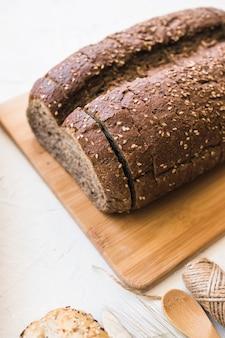 Pão de close-up na placa de corte