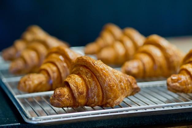 Pão de croissant, sobremesa de pastelaria, comida
