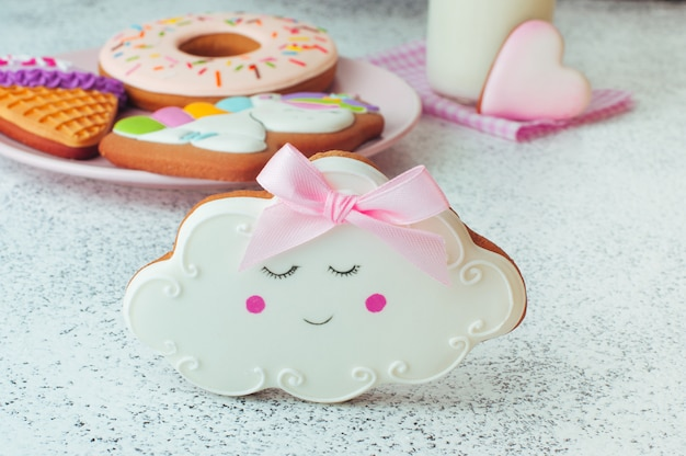 Pão-de-espécie engraçado do biscoito da nuvem do sono no fundo branco