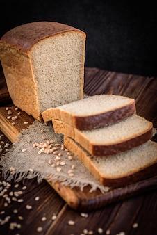 Pão de farelo de centeio na mesa de madeira escura