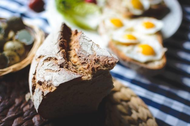Pão de fermento com ovos de codorna