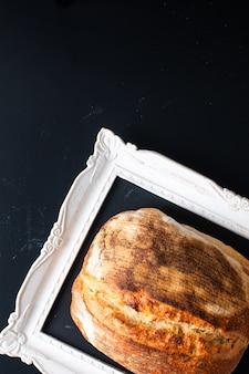 Pão de fermento rústico orgânico artesão em um quadro