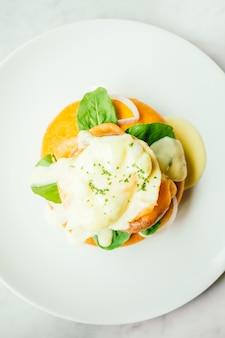 Pão de filhós com salmão defumado e bênção de ovo
